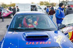 Leopoli, Ucraina - Otober 2015: Una vettura da corsa per il raduno in un garage chiuso prima dell'inizio della corsa che ha insta Fotografia Stock