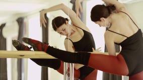Leotardo del ballet de la muchacha que lleva hermosa metrajes