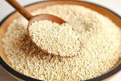 Lepel en kom met witte quinoa stock foto's