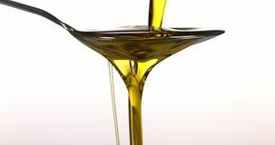 Lepel en Olive Oil tegen Witte Achtergrond, stock footage