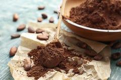 Lepel en plaat met cacaopoeder royalty-vrije stock afbeelding