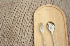 Lepel en vork op een achtergrond van bruin hout Stock Foto's