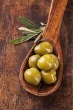 Lepel met groene olijven Royalty-vrije Stock Afbeeldingen