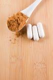 Lepel met guarana en tabletten Stock Afbeeldingen