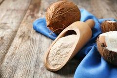 Lepel met kokosnotenbloem en noot stock foto's