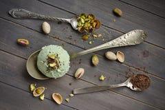 Lepel van eigengemaakt pistacheroomijs met gehakte pistaches en chocolade Stock Foto