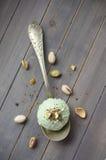 Lepel van eigengemaakt pistacheroomijs met gehakte pistaches en chocolade Stock Afbeeldingen