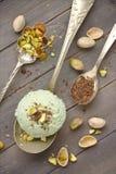 Lepel van eigengemaakt pistacheroomijs met gehakte pistaches en chocolade Stock Foto's