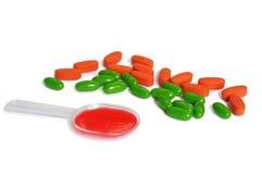 Lepel van geneeskunde en colorfull pillen Stock Afbeelding