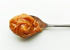 Lepel van gesmolten karamelroom stock afbeeldingen