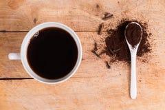 Lepel van grond op smaak gebrachte koffie Stock Foto
