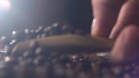 Lepel van koffiebonen met een houten lepel stock videobeelden