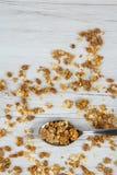 Lepelhoogtepunt van granola op witte houten lijst, hoogste mening Stock Fotografie