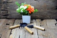 lepels en vork voor het tuinieren met oranje en witte bloem Royalty-vrije Stock Fotografie