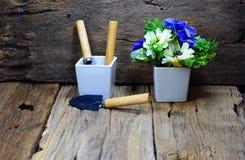 lepels en vork voor het tuinieren in witte pot, een witte vaas Royalty-vrije Stock Afbeeldingen