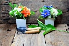 lepels en vork voor het tuinieren, witte vaas twee Royalty-vrije Stock Afbeelding