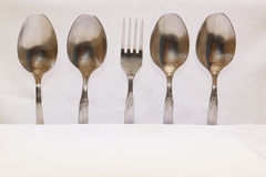Lepels en vorken op een witte achtergrond Stock Foto's