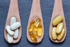 Lepels met gezonde supplementen royalty-vrije stock fotografie
