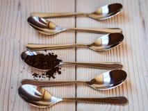 Lepels met koffie op de lijst Royalty-vrije Stock Foto's