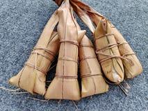 Lepet/Leupeut é um tipo do petisco feito do arroz pegajoso misturado com os feijões imagens de stock royalty free