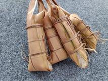 Lepet/Leupeut é um tipo do petisco feito do arroz pegajoso misturado com os feijões imagens de stock