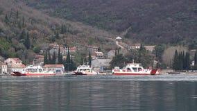 Lepetane, Montenegro - 7. Februar 2017: transportierende Autos der Fähre von Kamenari zu Lepetane stock video