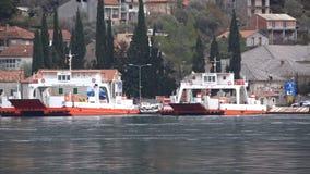 Lepetane, Montenegro - 7. Februar 2017: transportierende Autos der Fähre von Kamenari zu Lepetane stock footage