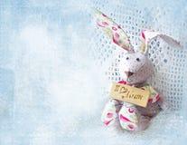 Lepre sveglia Bordo felice della tenuta del bunnie di festa della Mamma con la mummia di amore dell'iscrizione I Cartolina d'augu Immagine Stock