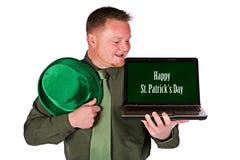 Leprechaun: Ευτυχής ημέρα του ST Πάτρικ στο lap-top Στοκ εικόνα με δικαίωμα ελεύθερης χρήσης