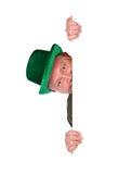 Leprechaun: Ιρλανδικό άτομο που κρυφοκοιτάζει γύρω από την άσπρη κάρτα Στοκ Εικόνες