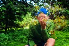 Leprechaun που βγάζει από τη θέση που ήταν τα χρυσά φύλλα σφενδάμου Στοκ Εικόνες