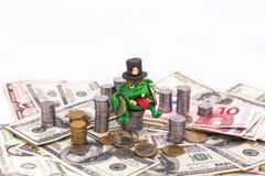 Leprechaun avido sul mucchio di soldi con le monete Immagine Stock