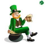 Leprechaun con birra ed il vaso del gol Royalty Illustrazione gratis