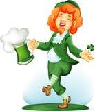 Leprechaun del baile con el cubilete de cerveza verde Fotos de archivo libres de regalías