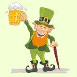 Leprechaun della st Patricks con birra Fotografia Stock