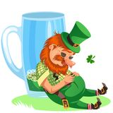 Leprechaun di giorno di San Patrizio con la tazza di birra verde, birra inglese piena di vetro dell'alcool, cilindro potabile del Fotografia Stock