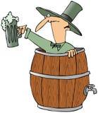 Leprechaun em um tambor de cerveja ilustração stock