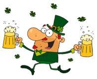 Leprechaun feliz con dos pintas de cerveza Imágenes de archivo libres de regalías