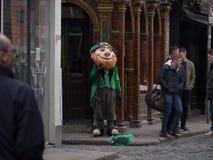 Leprechaun i turyści w świątynia barze, Dublin, Irlandia obraz stock