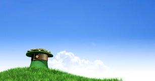Leprechaun kapelusz Z złotem Na Trawiastym wzgórzu Zdjęcia Royalty Free