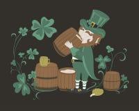 Leprechaun pije piwo od drewnianej baryłki Zdjęcia Stock