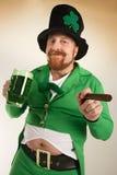 Leprechaun que bebe a cerveja verde Foto de Stock Royalty Free