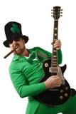 Leprechaun que toca la guitarra Imágenes de archivo libres de regalías