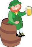 Leprechaun su un barile di birra Fotografie Stock Libere da Diritti
