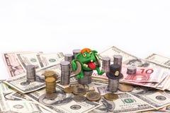 Leprechaun sul mucchio di soldi con le euro monete Fotografia Stock