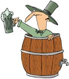 Leprechaun in un barilotto di birra illustrazione di stock