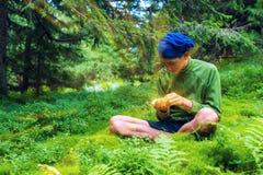 Leprechaunn con un puñado brillante de oro Fotos de archivo libres de regalías