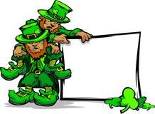 Leprechauns do dia do St. Patricks que prendem o sinal Fotografia de Stock Royalty Free