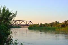 Lepsi rzeka z linia kolejowa mostem Obrazy Stock