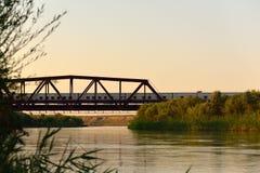 Lepsi rzeka z linia kolejowa mostem przechodzi obok pociągiem i Obrazy Stock